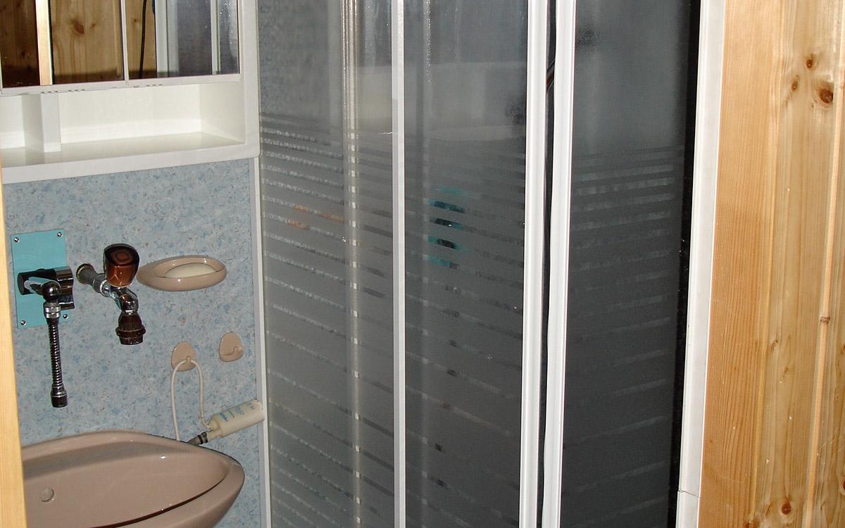 Die Dusche wird mit gewärmten Wasser betrieben.