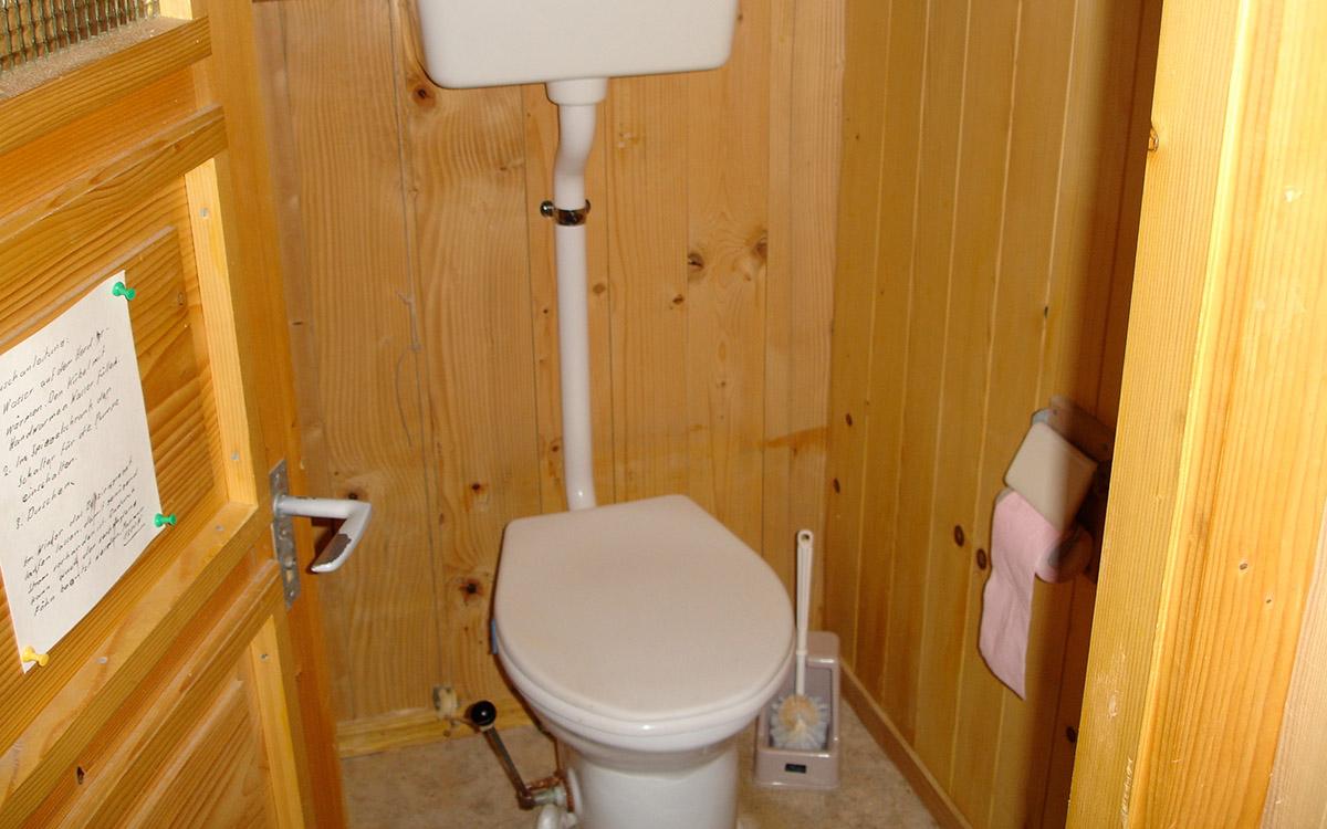 Zwei einfache Toiletten mit Wasserspülung sind vorhanden.