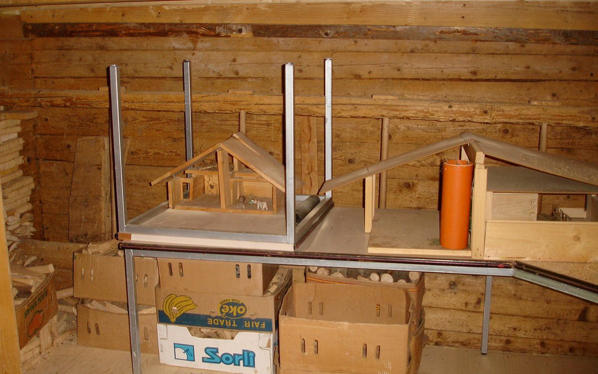 Im Stall stehen diverse Spielzeuge für Kinder bereit.