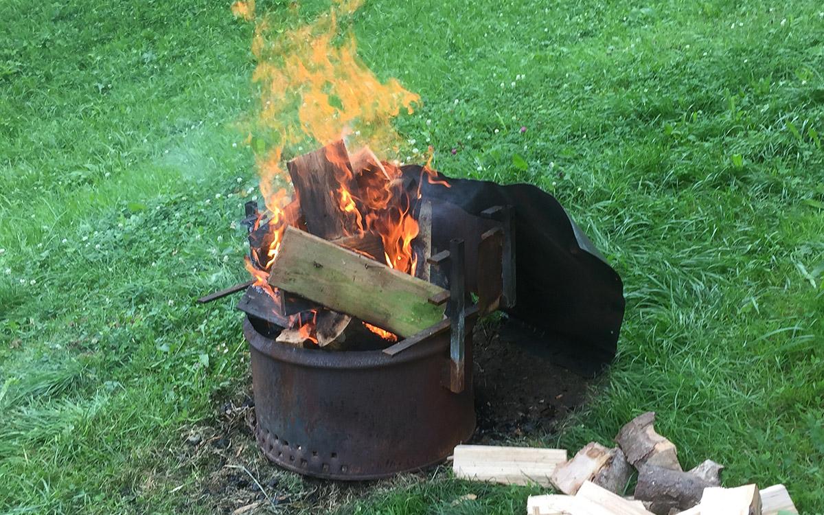 Bevor die Kohle bereit wird kräftig eingefeuert.